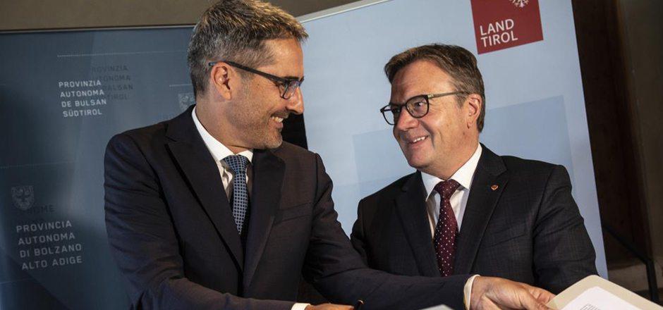 Es täuscht: Die beiden Landeshauptmänner Arno Kompatscher und Günther Platter sind nicht über Kreuz.