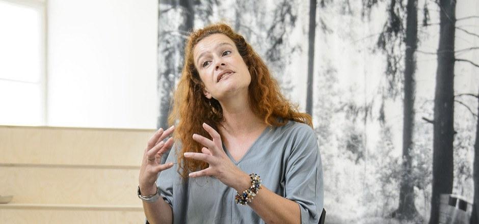 Ingeborg Erhart in der kürzlich geschlossenen Schau von Conny Karlsson Lundgren in der Neuen Galerie.