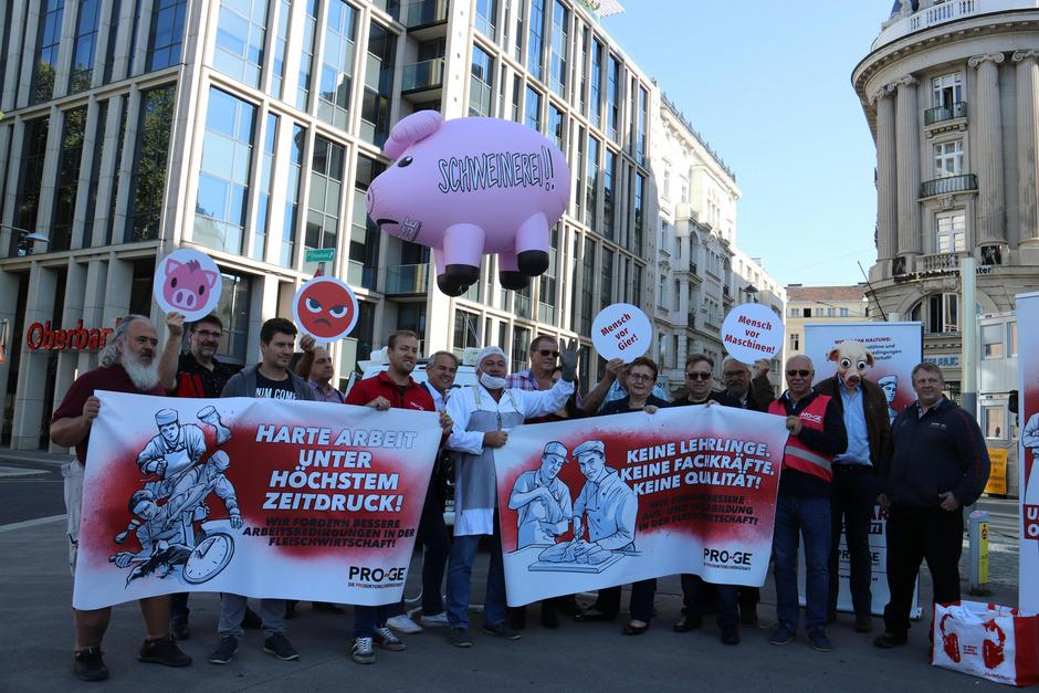 Protestaktion der Gewerkschaft anl. der Lohnverhandlungen für die 13.000 Arbeiter in der Fleischwarenproduktion vor dem Fachverband der Nahrungs-und Genussmittelindustrie in Wien.