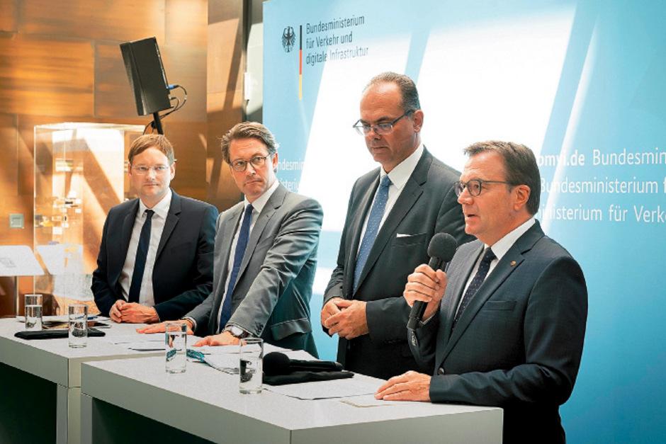 """Verkehrsminister Andreas Reichhardt (2. v. r.): """"Es könnte einen Dominoeffekt nach sich ziehen, wodurch das System der flächendeckenden Maut gefährdet würde."""""""