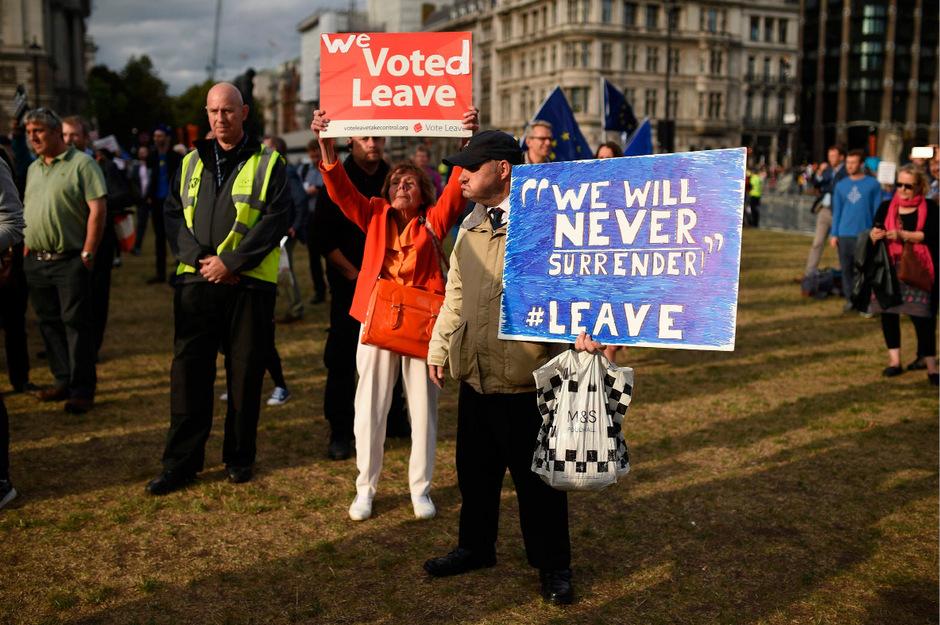 """""""Wir haben für den Brexit gestimmt"""", """"Wir werden nie aufgeben"""": Die britische Öffentlichkeit ist tief gespalten in begeisterte Brexiteers und EU-Befürworter."""