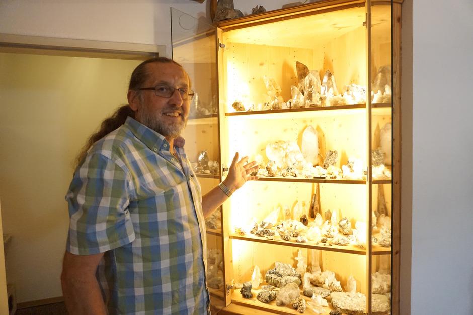 Karl Prantl mit einer Auswahl seiner Mineralien.