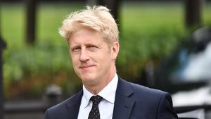 Der Bruder von Premierminister Boris Johnson kehrt nun seinem Bruder zumindest politisch den Rücken. Jo Johnson zog sich aus seinen Ämtern zurück.