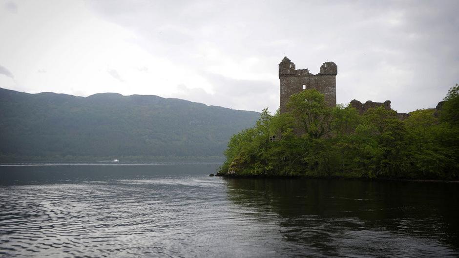 Loch Ness ist etwa 230 Meter tief und sehr dunkel. Die erste überlieferte Sichtung eines vermeintlichen Monsters war dort schon vor fast 1500 Jahren.