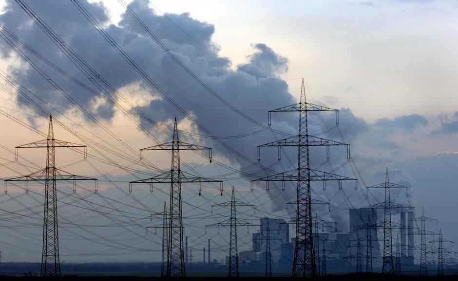 Über dem Kohlekraftwerk Niederaussem steht eine Dampfwolke (Symbolfoto).