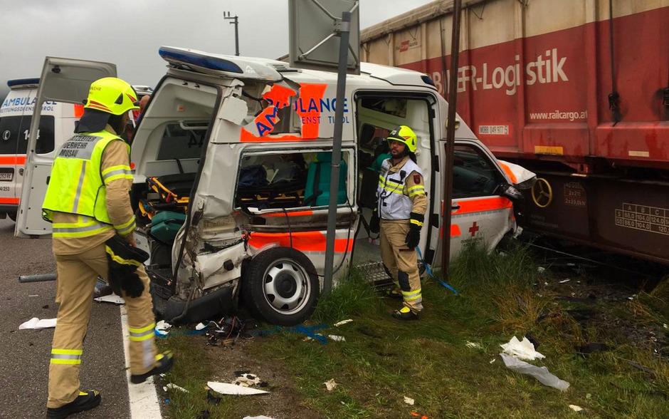 Das Rettungsauto wurde bei dem Unfall komplett demoliert. Zu dem Zusammenstoß kam es während eines Krankentransportes.
