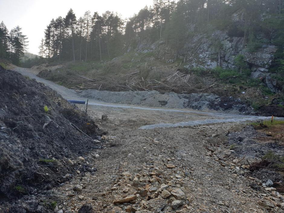 Rund 8000 m² umfasst die genehmigte Bodenaushubdeponie im Ortsteil Piller. Während die Liste Fritz den Verlust eines Feuchtgebietes beklagt, betont die Gemeinde Wenns den Gewinn für Wohnraumschaffung.