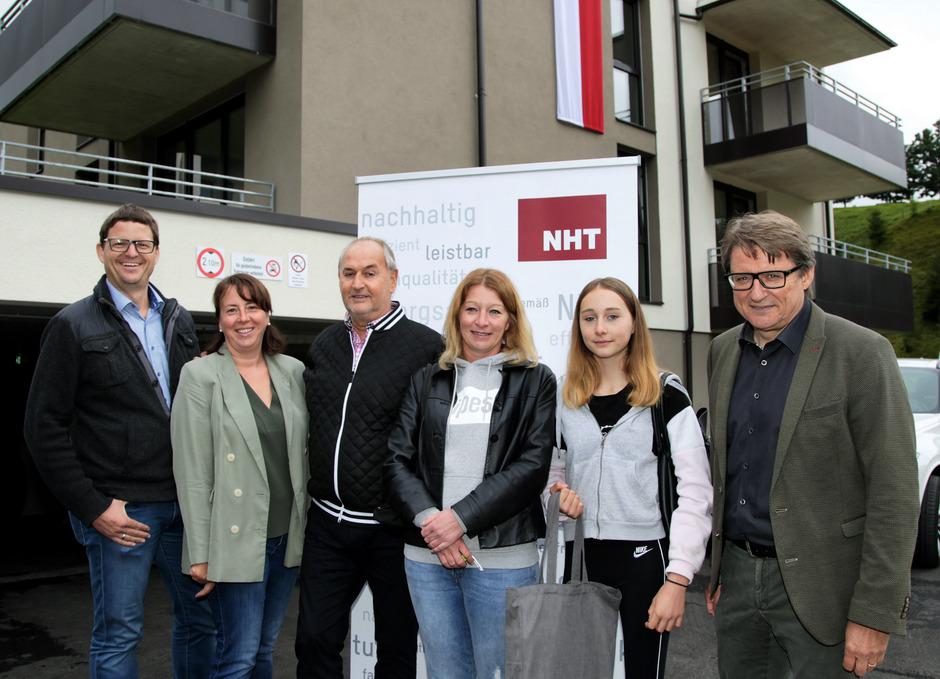 VBM Alexander Egger, GR Marlies Witsch und BM Hermann Föger (v.l.) sowie NHT-Geschäftsführer Hannes Gschwentner (r.) übergaben die Schlüssel an Barbara (3.v.r.) und Sophia Holzknecht.
