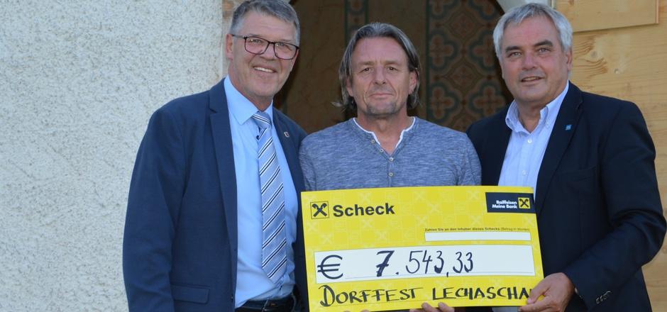 BM Hansjörg Fuchs, SV-Lechaschau-Präsident Franz Stocker und Pfarrökonom Paul Barbist (v.l.) bei der Spendenübergabe.