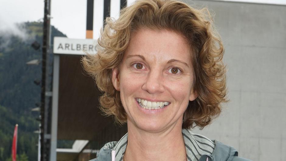 Festival-Leiterin Iris Höll lädt zum Yoga ins Stanzertal.