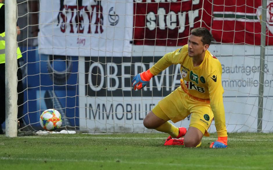 Knapp vor dem Halbzeitpfiff kassierte Wacker-Goalie Lukas Wedl gestern den ersten Gegentreffer gegen die Münchner Löwen.