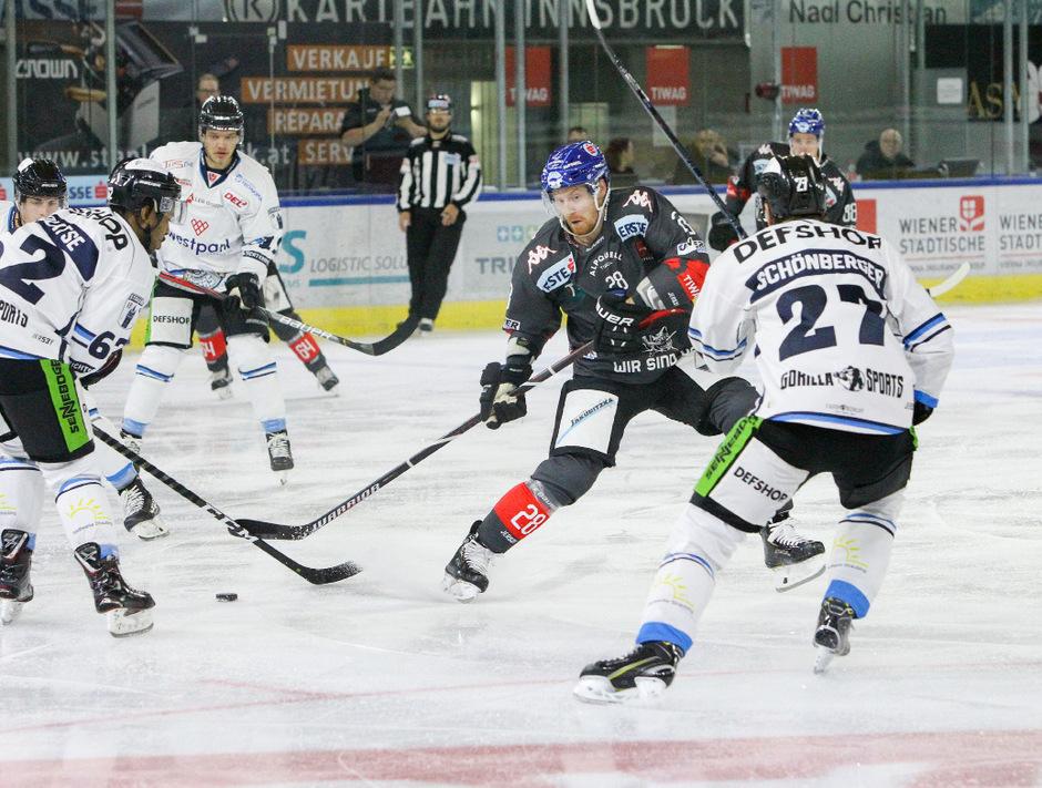 Die Innsbrucker Haie (mit Michael Boivin, schwarz) unterlagen den Straubing Tigers zuhause 2:4.