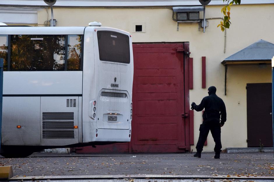 Ein russischer Sicherheitsmann inspiziert einen Bus vor dem Verlassen des Hochsicherheitsgefängnisses in Lefortovo.
