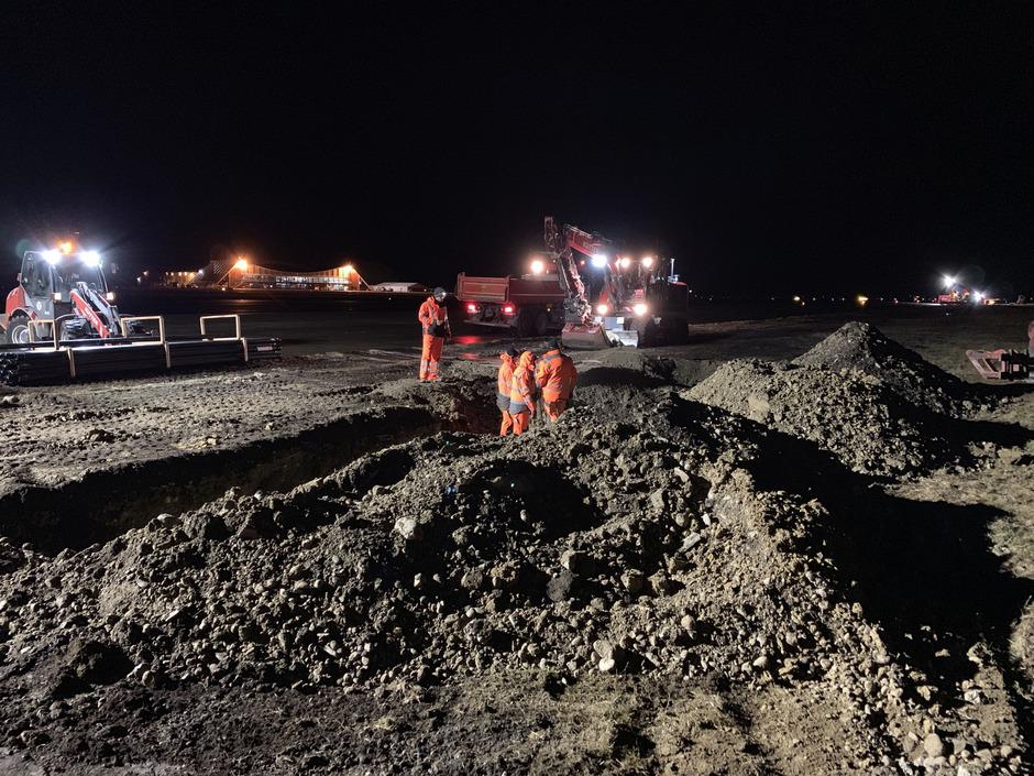 Baubeginn am Allgäu Airport im mÄrz: In einem ersten Schritt wurden Kabelgräben neben der Start- und Landebahn ausgehoben.