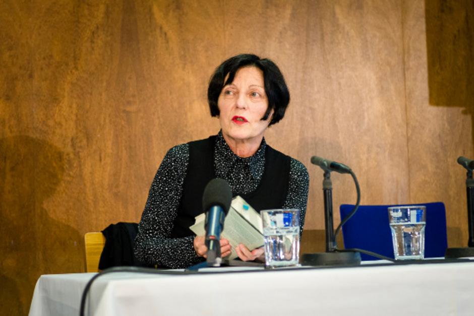 """Literaturnobelpreisträgerin Herta Müller (links) präsentierte ihren neuen Collagenband """"Im Heimweh ist ein blauer Saal""""."""