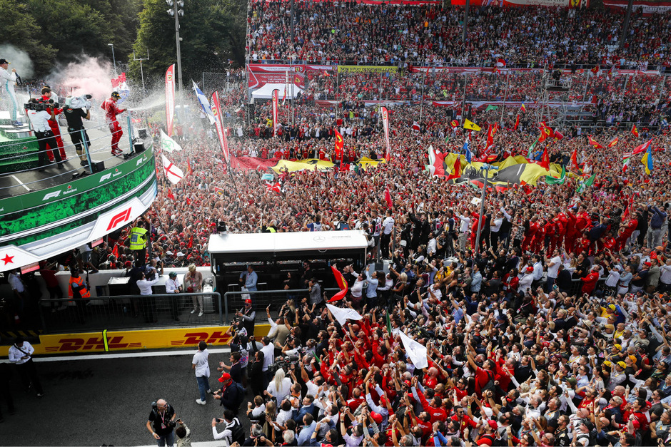 Champagner-Dusche: Charles Leclerc feierte mit tausenden Tifosi.