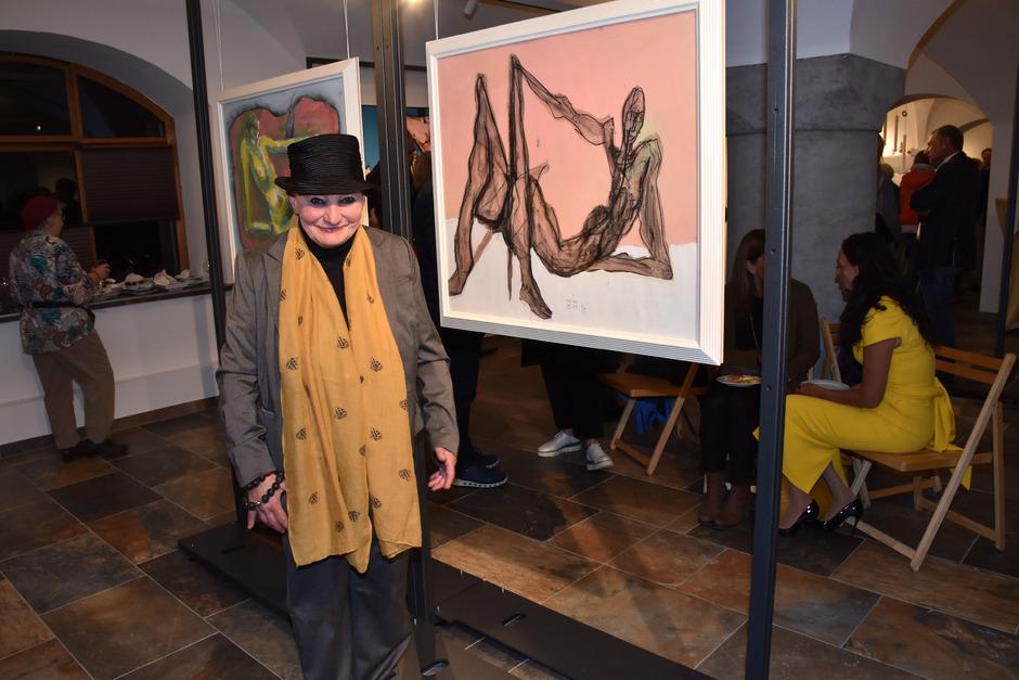 Huanza-Obfrau Veronika Kunz-Radolf vor Bildern des verstorbenen Reuttener Malers Rolf Aschenbrenner, die in der Zeillergalerie gezeigt werden. Sie freut sich über die neue Heimat des Galerievereins im Untermarkt.