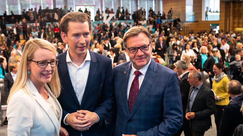 Kurz mit seiner Tiroler Spitzenkandidatin Margarete Schramböck und Landeshauptmann Günther Platter.