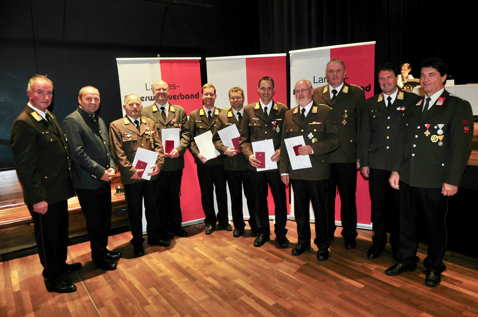 Die geehrten Feuerwehrmitglieder Franz Brunner, Alexander Bacher, Martin Mitterer, Johannes Harasser, Andreas Schroll und Wolfgang Storf (mit Urkunden v.l.) mit den Ehrengästen.