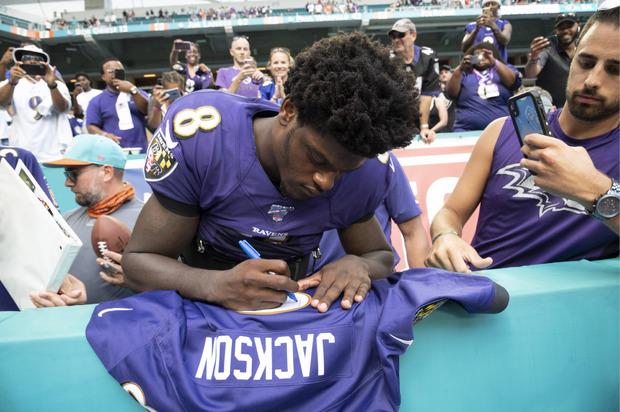 Nach fünf Touchdown-Pässen waren die Autogramme von Ravens-QB Lamar Jackson äußerst begehrt.