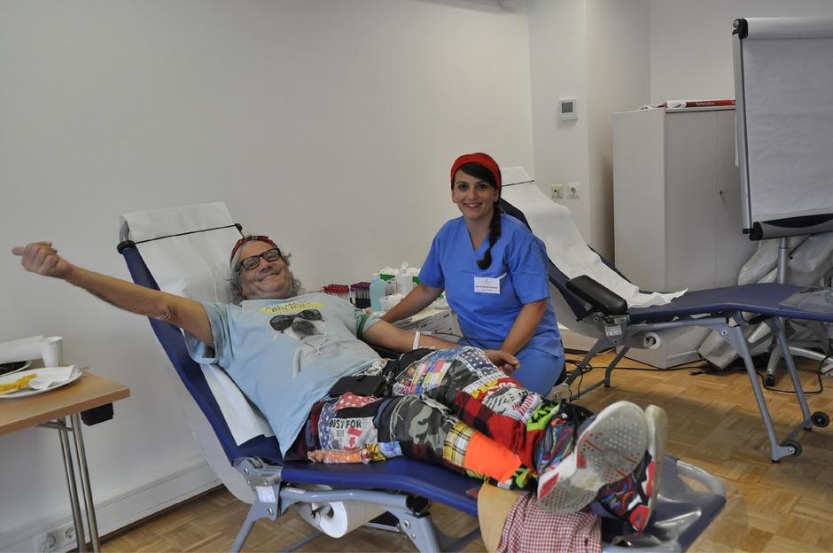 Blutspenden macht sichtlich Freude, schließlich kann der Lebenssaft Menschen retten.