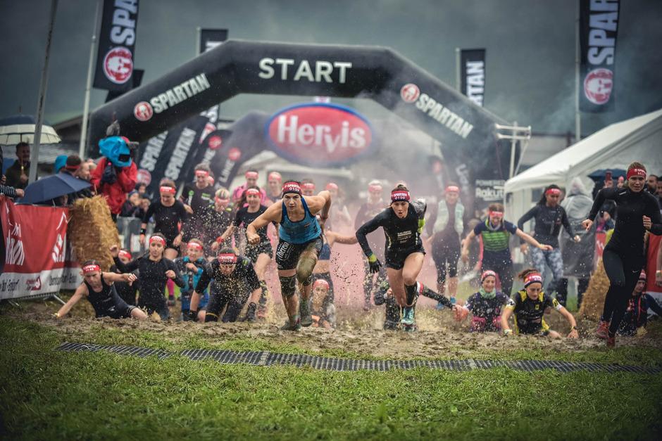 Der Regen und der Schlamm taten der guten Laune bei den Teilnehmern offenbar keinen Abbruch.