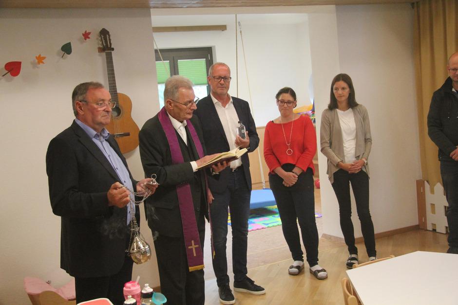 Pfarrer Michael Stieber (2.v.l.) segnete die neue Kinderbetreuungseinrichtung. Vize-BM Emil Zangerl, BM Werner Kurz und Leiterin Anna Zangerl-Loidl (v.l.) assistierten.