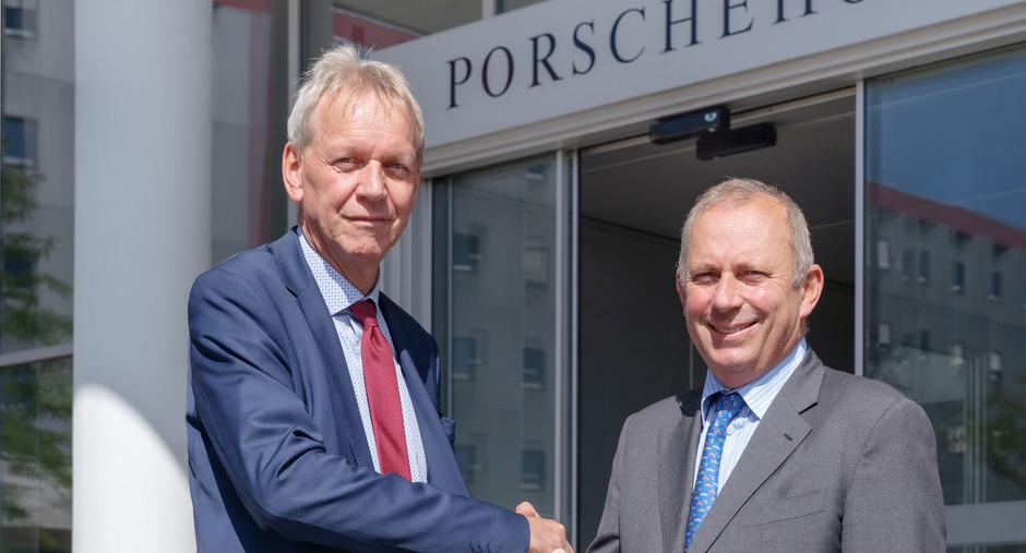 Gernot Heschl, CEO der VBV-Pensionskasse und Hans Peter Schützinger, Sprecher der Geschäftsführung der Porsche Holding Salzburg