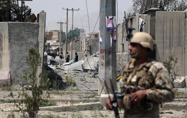 Trotz der Friedensverhandlungen mit den USA verübten Talibanmitglieder in Afghanistan weiter schwere Anschläge.