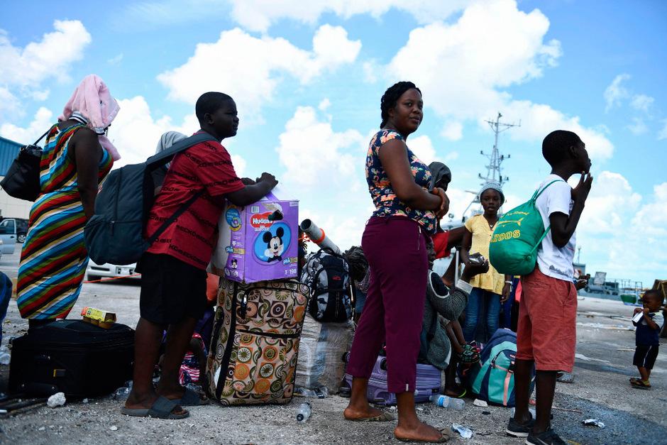 Menschen warten auf einem Hafen der Bahamas auf ihre Evakuierung,