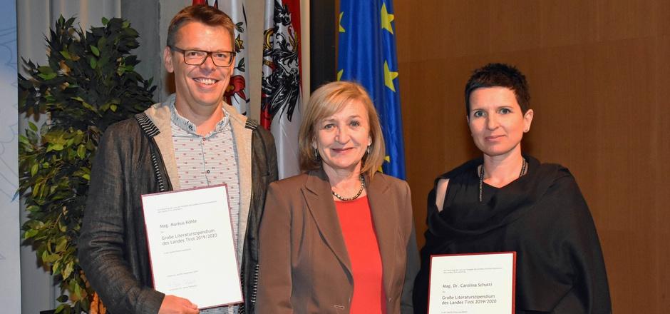 Landesrätin Beate Palfrader (Mitte) gratuliert den PreisträgerInnen Carolina Schutti und Markus Köhle.