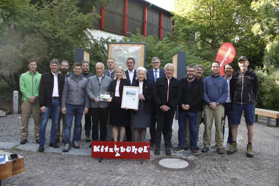 Am Wander-Infoplatz in Kitzbühel haben die Vorstände und die zuständigen Mitarbeiter von Kitzbühel Tourismus im Beisein der Regions-Bürgermeister die Auszeichnung erhalten.