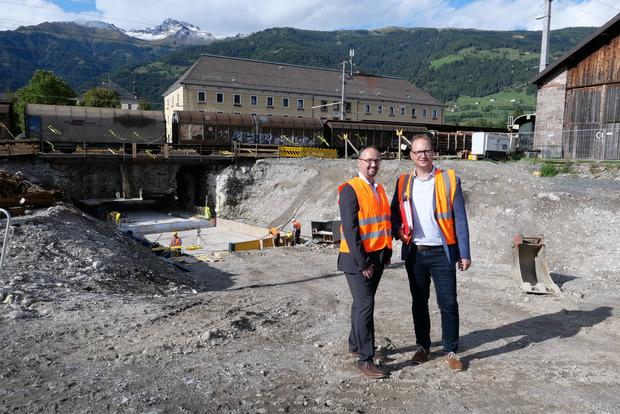 Gert Lenzhofer und Torsten Wastian (v.l.) von der ÖBB Infrastruktur AG sind mit dem Bau des Mobilitätszentrums Lienz befasst.