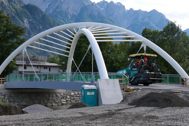 Die markante neue Brücke für Fußgänger und Radfahrer über die Drau wurde fertig gestellt und bereits asphaltiert.
