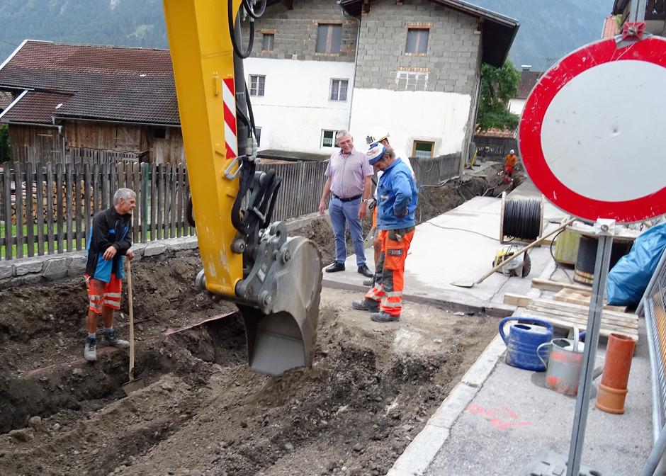 BM Rudolf Köll (M.) zeigt sich mit den Fortschritten bei den Kanalarbeiten zufrieden.