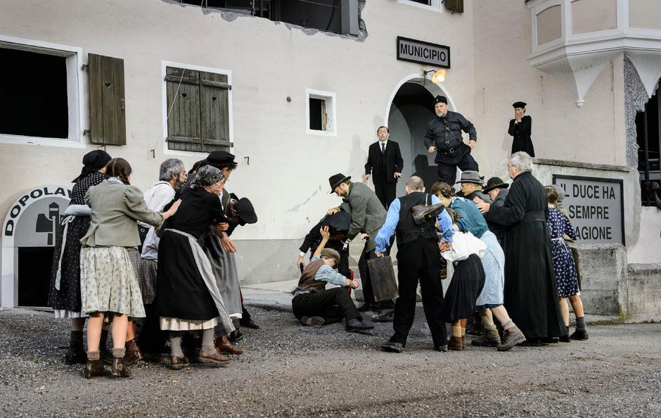 """Die Tiroler Volksschauspiele Telfs thematisierten die Zeit der Option mit der eindrucksvollen Aufführung des Mitterer-Stücks """"Verkaufte Heimat: Das Gedächtnis der Häuser""""."""
