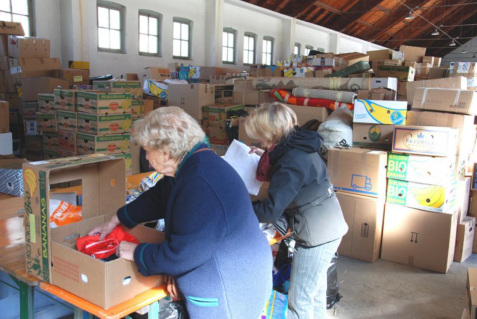 Die Pontlatz-Kaserne ist wieder Umschlagplatz der humanitären Aktion. Das Helfer-Team sortiert und verpackt die Sachspenden.