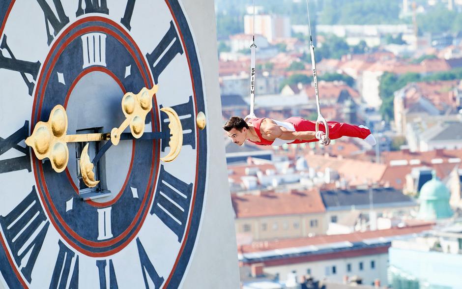 Der Wahl-Innsbrucker Vinzenz Höck mit atemberaubenden Übungen vor dem Grazer Uhrturm.