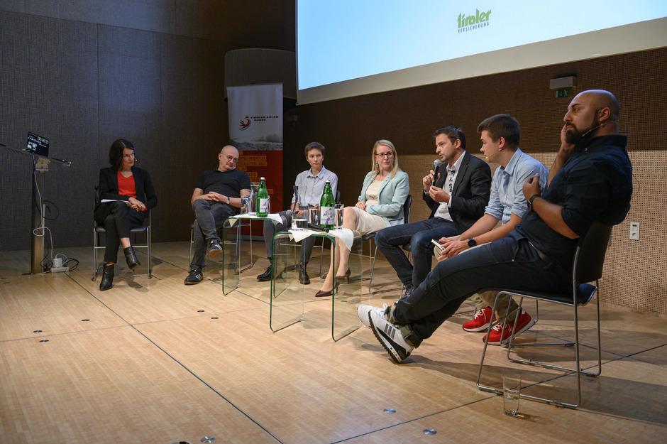 Abschließende Diskussionsrunde beim Adlerforum in Innsbruck (von links): Moderatorin Anita Heubacher (TT), Bernhard Heinzlmaier, Lena Stockinger, (Jugendredewettbewerb-Siegerin), Margarete Schramböck, Joe Empl, Philipp Riederle und Ali Mahlodji.