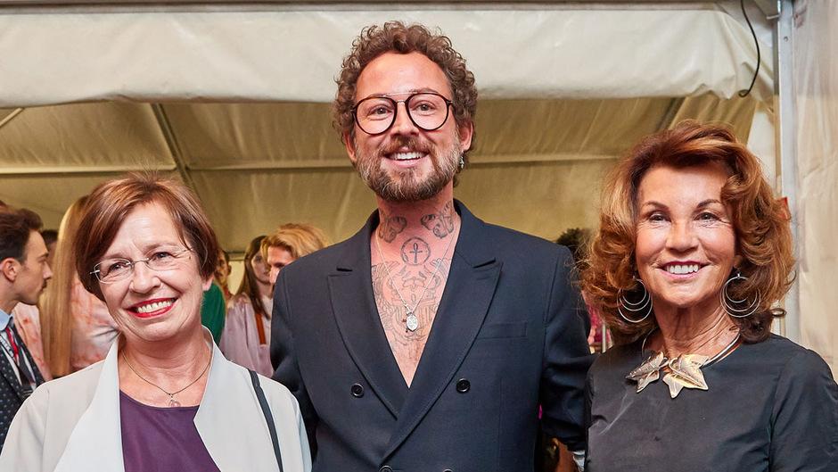 """""""First Lady"""" Doris Schmidauer, Designer Marcel Ostertag und Bundeskanzlerin Brigitte Bierlein."""