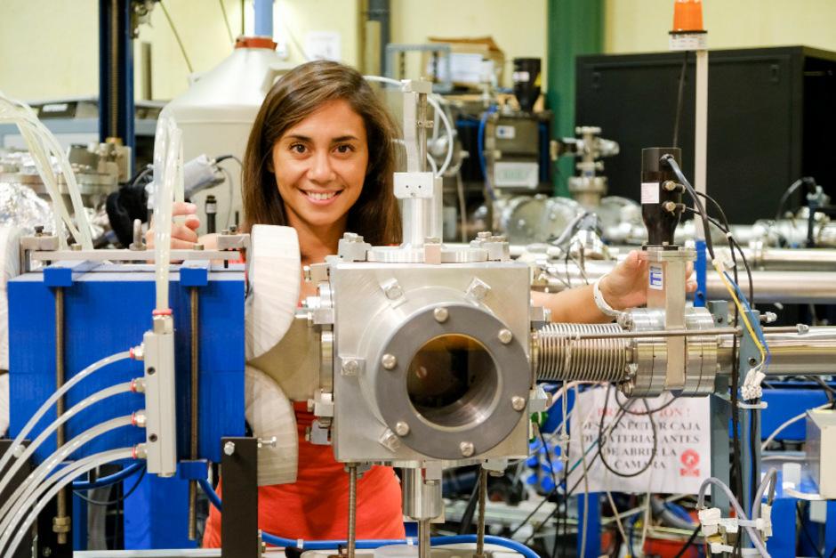 Eleonora Viezzer bei ihrer Arbeit als Nuklear-Physikerin an der Universität Sevilla.