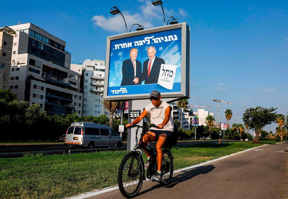 Benjamin Netanyahu plakatiert sich im Wahlkampf mit US-Präsident Donald Trump.