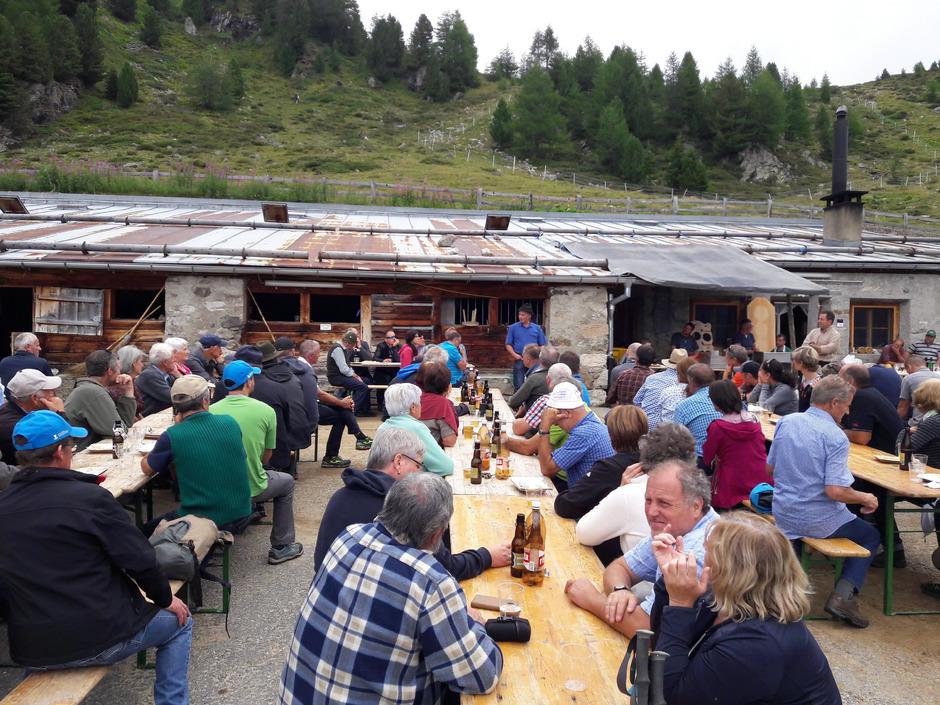 Mehr als 100 Bauern aus der Dreiländerregion trafen sich kürzlich zum Erfahrungsaustausch auf der Alp Prasüra im Val Müstair.