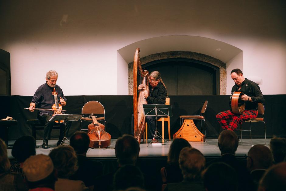 Kleine Besetzung mit großer klanglicher Wirkung. Jordi Savall, Andrew Lawrence-King und Frank McGuire (v.l.) im Salzlager.