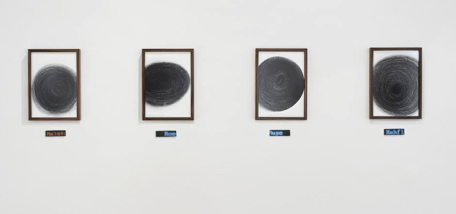 Einblick in die Schau: Die in Serie gehängten Zeichnungen brechen mit einer durchlaufenden Bildunterschrift aus ihren Rahmen aus.