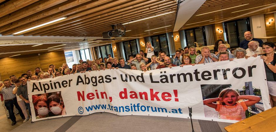 25 Jahre Transitforum: Gurgiser, Obmann des Transitforums, und seine Mitstreiter feiern.
