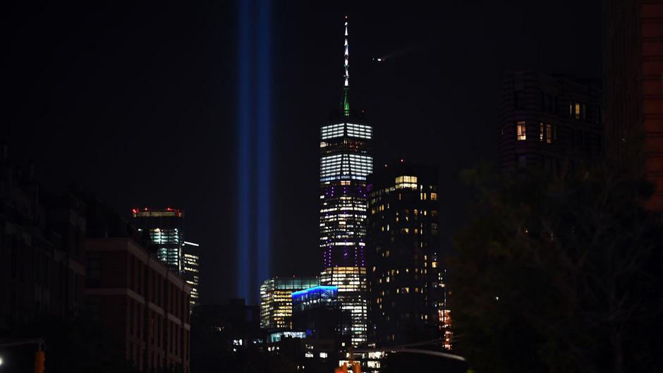 Zum Jahrestag der Terroranschläge vom 11. September wird das einstige World Trade Center symbolisch mit Lichtsäulen dargestellt.