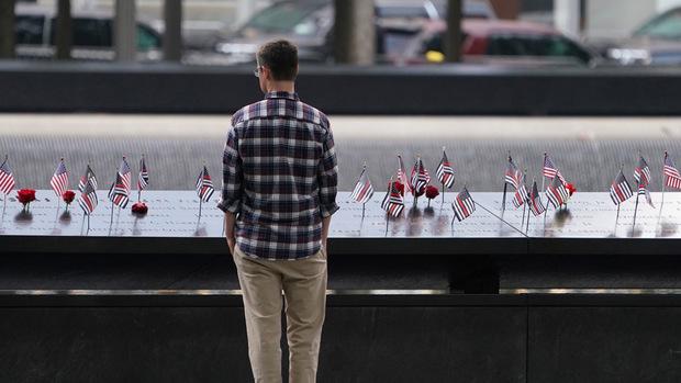 Zwei riesige Schächte, an denen Wasser hinabfließt stehen heute im Gedenken an den Standort der Zwillingstürme auf dem Ground Zero.
