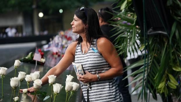 An den Kanten stehen die Namen der Opfer eingraviert. Am Gedenktag werden Blumen und Fahnen dazu gesteckt.
