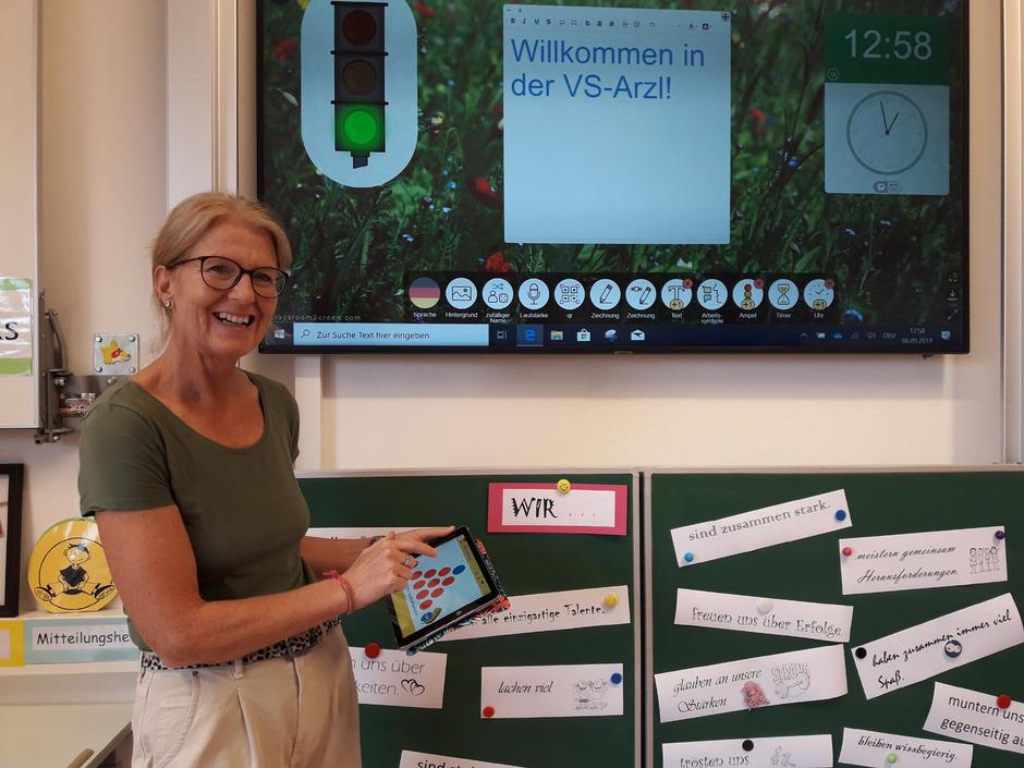 Lehrerin Barbara Csonka freut sich über die neue Tafel.
